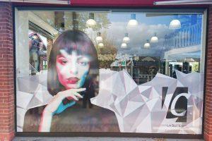 marquage vitrine adhésif coiffure communication signalétique